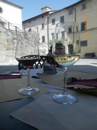 Palazzo San Niccolo': Enjoying wine at the hotel's outside resturant/bar (Cafe San Niccolo)