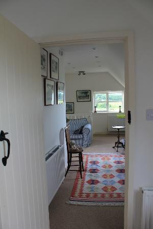 Holt Cottage B&B: Upstairs room looking back from bedroom to seating area