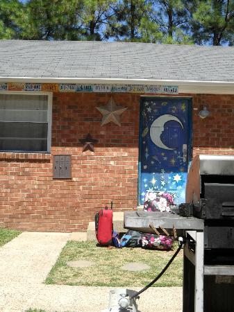 Music City Hostel: Painted doors