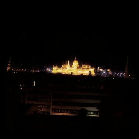 B & B Bellevue Budapest: Night view from our room