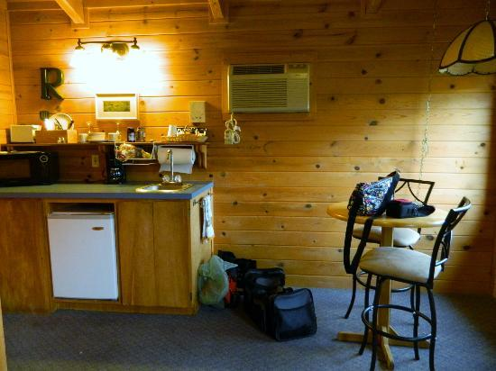 Winthrop Mountain View Chalets: kitchenette
