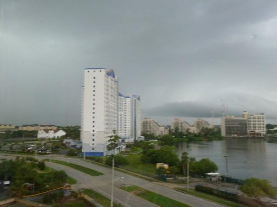 BEST WESTERN Orlando Gateway Hotel: View from room with an incoming storm