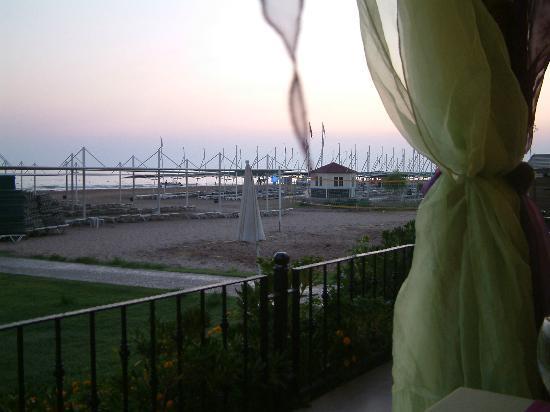 Oleander Hotel: Le restaurant en bordure de plage à la tombée de la nuit