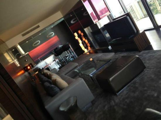 Palms Place Hotel and Spa : Livingroom of the 1200 square foot one bedroom