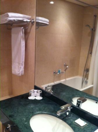 Gefinor Rotana Hotel: Bathroom