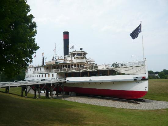 Quality Inn Shelburne: SS Ticonderoga (Shelburne Museum)