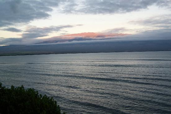 Milowai Resort: Haleakala glows in evening sun, view from all rooms