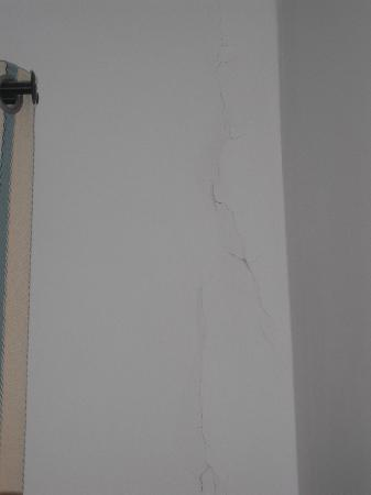 Hotel Calypso: Damp cracked bedroom wall