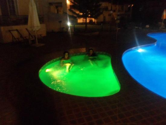 Maria Yiannis Apartments: Pool at Night