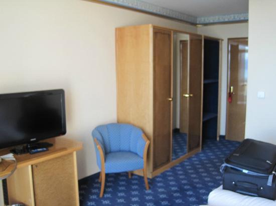 BEST WESTERN PLUS Hotel Mirabeau: wardrobe