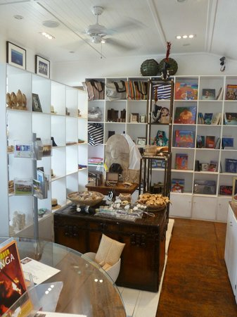 Friends Cafe : Friends Tourist Center- Great range of souvenirs, internet and organize your Tonga holiday.