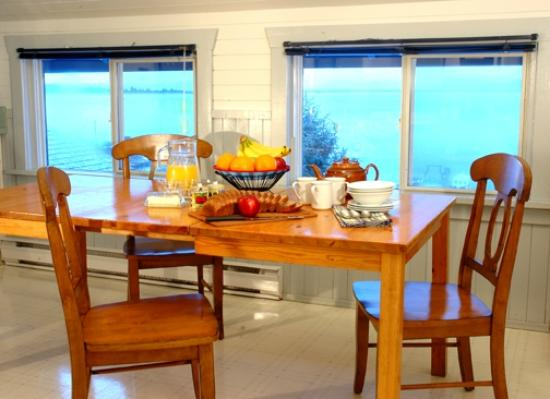 Paddlers Inn: Communal kitchen with fridge, microwave, coffee maker, kettle, toaster