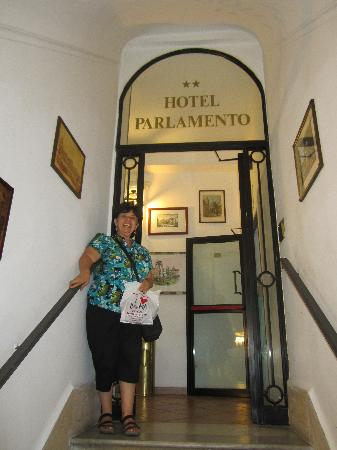 Hotel Parlamento: Entrance to the hotel from the tiny elevator