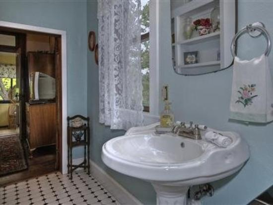Hattie May Inn: Bathroom (OpenTravel Alliance - Guest room amenity