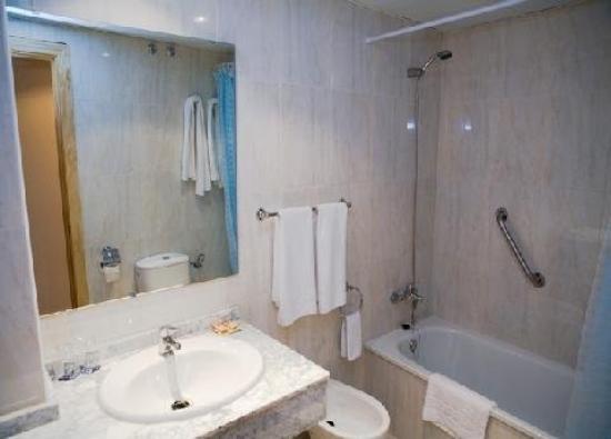 Hotel Carmen: Bathroom