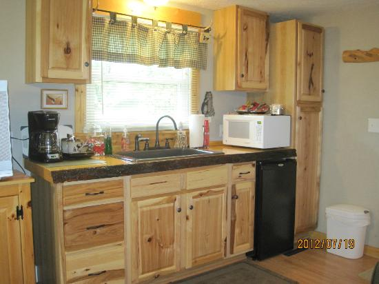 A Little Slice of Heaven B & B : Country Comfort Kitchenette