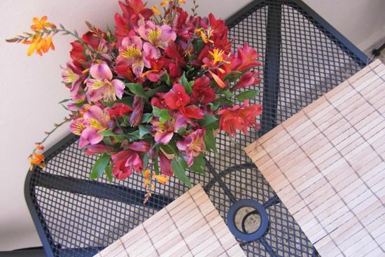 Blue Bamboo Guesthouse : Fresh flowers on the breakfast table