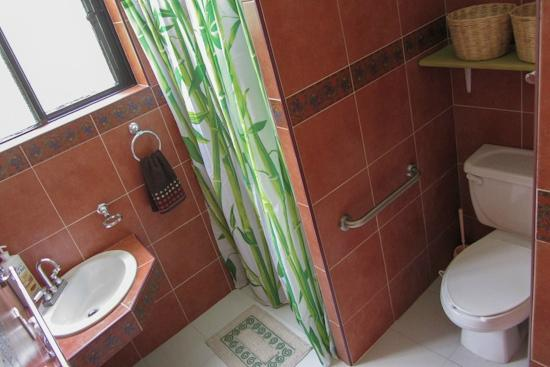 Blue Bamboo Guesthouse : Comfortable bathroom