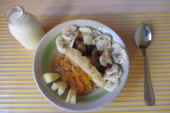 Blue Bamboo Guesthouse: Yummie granola with fruit for breakfast