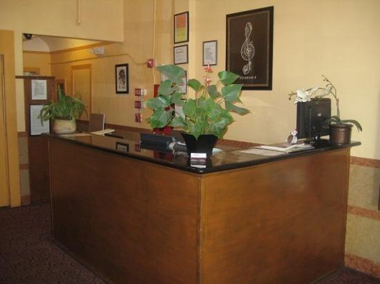Post Hotel: Front Desk