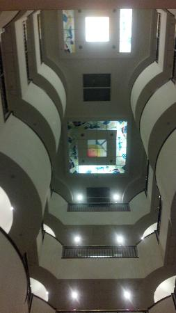 Wyndham Garden Baronne Plaza New Orleans: Beautiful architecture, this is the ceiling view from the lobby