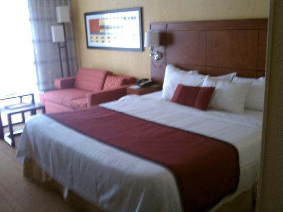 Courtyard Miami Airport: Nice clean room as pictured on website.