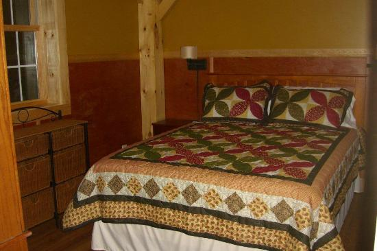 Robert Frost Mountain Cabins: Cabin 2 - Sunrise Vista: Bedroom with Queen Size Bed