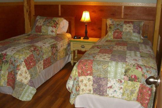 Robert Frost Mountain Cabins : Cabin 1 - Peak Perspective: Bedroom with Twin Beds