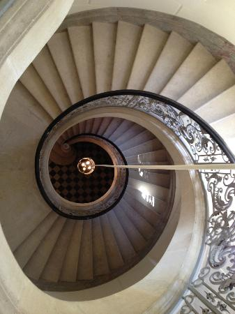 Chateau de Pitray: Stairwell to the sleeping rooms
