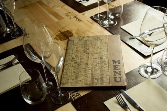Sughero enoteca ristorante: particolare del tavolo
