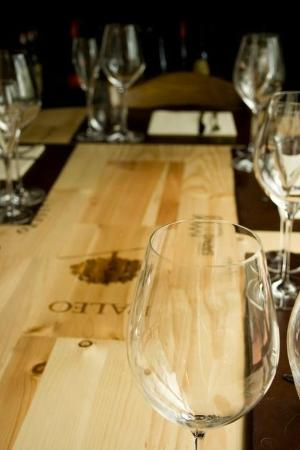 Sughero enoteca ristorante: tavolo prodotto con le cassette del vino
