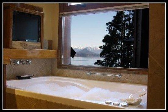 Charming - Luxury Lodge & Private Spa: Jacuzzi doble con ozonoterapia y LCD al pieBathroom