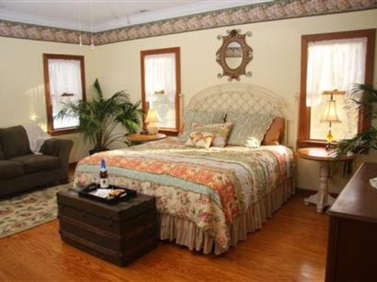 Longing For Home Bed and Breakfast: Guest Room