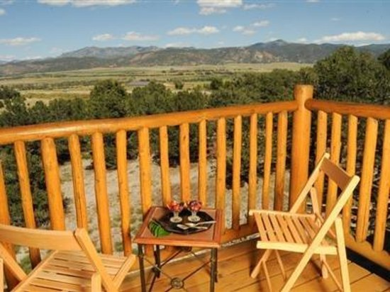 Mountain Goat Lodge: Every room has a balcony