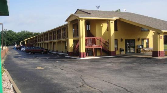 Sugar Creek Inn: Exterior