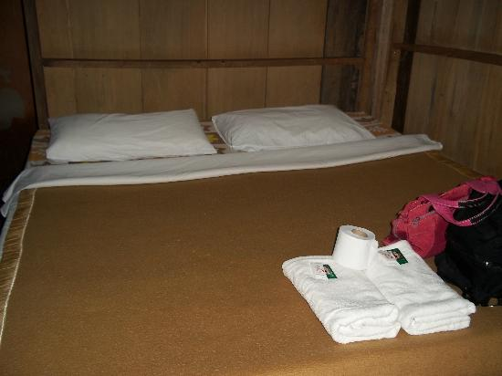 Akha Hill House: bed