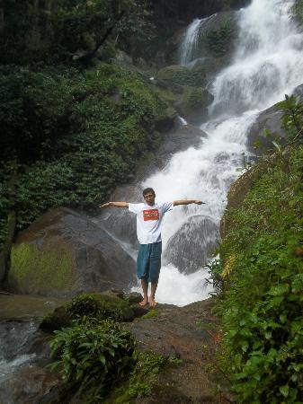 Akha Hill House: waterfall