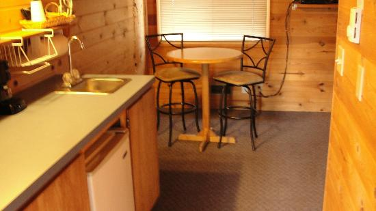 Winthrop Mountain View Chalets: Kitchen and dining area
