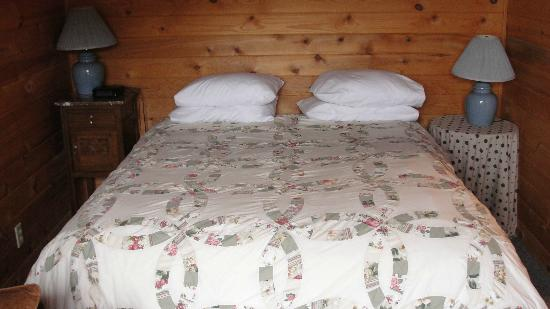 Winthrop Mountain View Chalets: Bed was soft but we slept well!  Nice clean sheets.