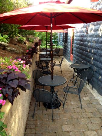 Old Market Deli: Cute patio with umbrellas, flowers and a peaceful fountain
