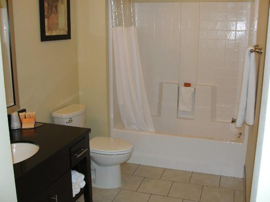Ledgestone Hotel Yakima: Large and very clean bathroom.  Great shower!