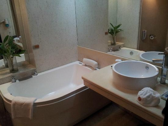 Xin Hu Hotel: Got a small bath tube
