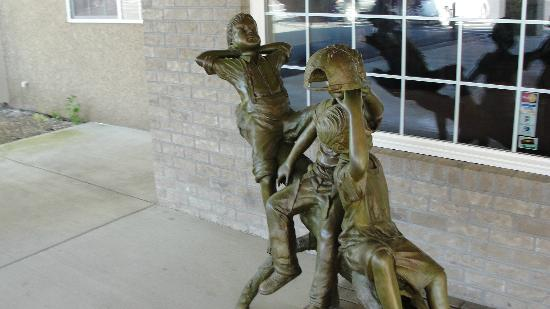 Best Western Newberry Station : Statue at entrance a nice touch