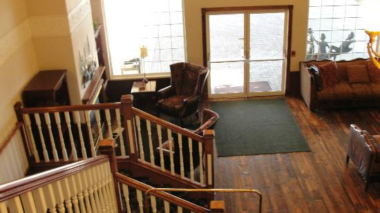 Best Western Newberry Station: View from upstairs down into lobby.