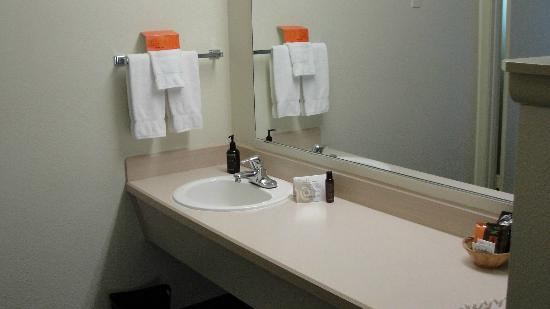 Cimarron Inn Klamath Falls: sink area had lots of space