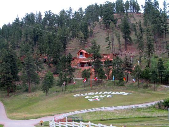 Rush Mountain Adventure Park: Front of Rushmore Cave as seen from road