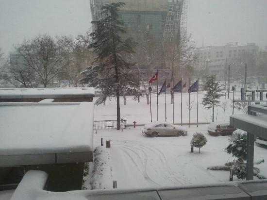 Hotel Novotel Gaziantep : The morning view over the entrance in the snow.