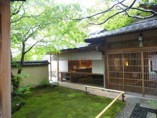 Saryo Hosen: 宝泉
