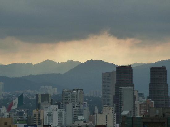Monumento y Museo de la Revolucion: Montañas hacia el poniente en día lluvioso.