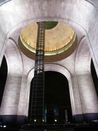 Monumento y Museo de la Revolucion: Vista interior nocturna del Monumento a la Revolución. Se aprecia al centro el elevador.